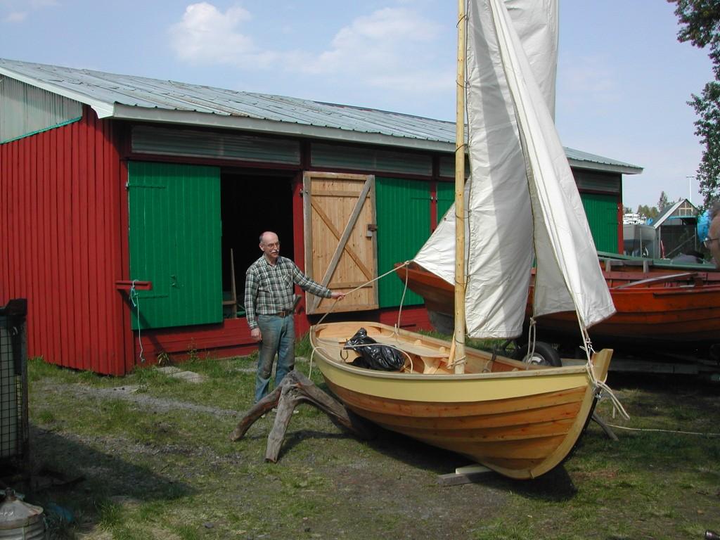 En stolt båtbyggare visar upp sitt mästerverk innan sjösättning